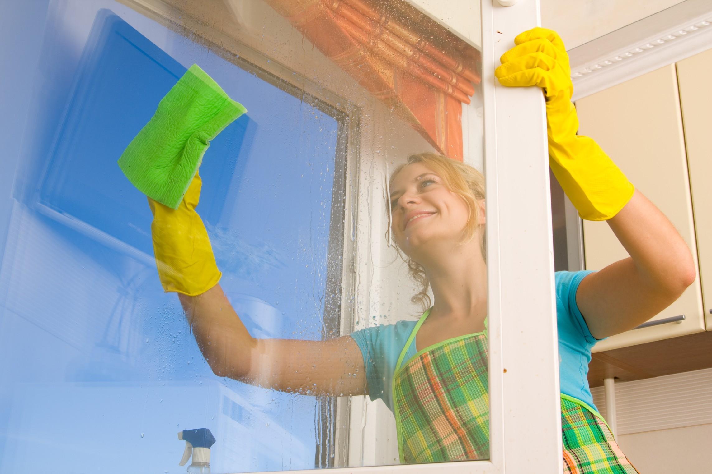 Pulire I Vetri Con Aceto come pulire i vetri esterni dopo la pioggia   dailywonder